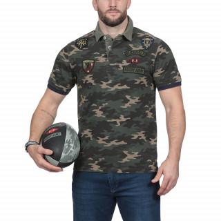 Polo manches courtes en coton jersey imprimé camouflage.Broderies et détail militaire. Existe du S au 5XL