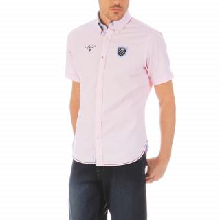 Chemise unie rose à manches courtes en coton avec une coupe regular son col pointes boutonnées avec fermeture boutonnée pour une base arrondie, dos légèrement plus long. Les logos sont brodés et cette chemise taille du S au 5XL