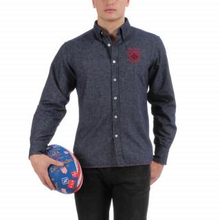 Chemise manches longues en flanelle bleue avec écussons brodés poitrine.
