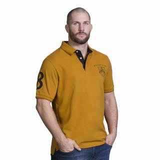 Polo de couleur moutarde pour homme avec broderie poitrine et n°8 sur la manche.